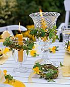 Gelbe Tischdekoration mit fächerförmig gefalteten Servietten