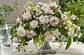 Festliches Gesteck mit Rosen