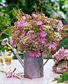 Wiesenblumenstrauß aus Malva (Moschusmalve), Chaerophyllum (Kälberkropf)