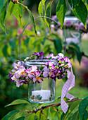 Windlicht mit Kranz aus Viola cornuta (Hornveilchen) und Thymus (Thymian)
