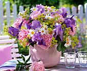 Strauß aus Iris (Schwertlilien), Paeonia (Pfingstrosen), Leucanthemum