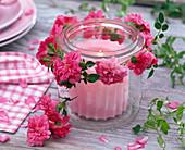 Windlicht mit Rosa (Rosen) in Einmachglas