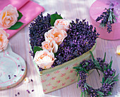 Gesteck aus Rosa (Rosen) und Lavandula (Lavendel) in Dose in Herzform