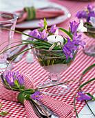 Tischdekoration mit Glockenblumen