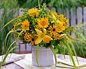 Strauß aus Rudbeckia (Sonnenhut), Helianthus (Sonnenblumen),