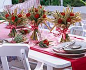 Tischdekoration mit Weizen und Zinnien