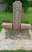 Wasserstelle an freistehender Granitsäule mit Abfluß im Boden