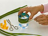Mit Gras beklebte Gläser als Vasen : 3/5
