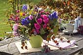 Herbststrauß mit Rosa (Rosen, Hagebutten), Aconitum (Eisenhut)