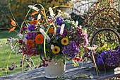 Herbststrauß mit Calendula (Ringelblumen), Cimicifuga (Silberkerze)