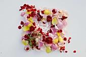 Rosa (Knospen und Blütenblätter von Rosen) auf Papier mit Aufschrift