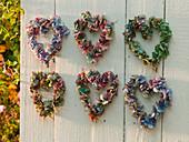 Herzen aus Hydrangea (Hortensienblüten) an Holzwand aufgehängt