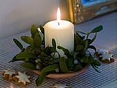 weiße Kerze mit Viscum album (Mistel)