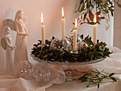 Adventskranz aus Viscum album (Mistel) mit weißen Kerzen