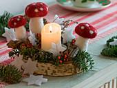 Kleines Adventsgesteck auf Birkenscheibe mit Fliegenpilzen aus Filz