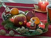 Metall-Schale mit Nikoläusen, Apfel mit Herzdekor