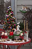 Weihnachtsbalkon mit Picea glauca 'Conica' (Zuckerhutfichte)
