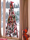 Adventskalender und Weihnachtsbaum mit roten Stangen 9/12