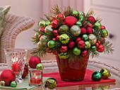 Weihnachtsstrauß aus Christbaumkugeln, Pinus (Seidenkiefer)