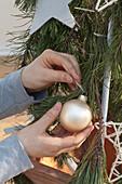 Mit Kabelbindern selbstgebauter Weihnachtsbaum : 8/10