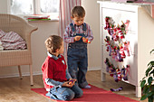 Jungen vor Adventskalender an Kommode