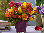 Bunter Frühlingsstrauß aus Freesia (Freesien), Tulipa (Tulpen)