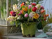 Bunter Strauß aus Ranunculus (Ranunkeln), Tulipa (Tulpen), Hyacinthus