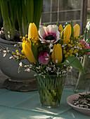 Frühlingsstrauß aus Tulipa (Tulpen), Anemone coronaria (Kronen - Anemone)