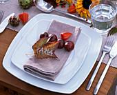 Herbstliche Tischdeko mit Sonnenblumen und Kastanien
