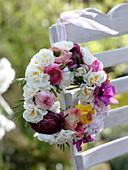 Kranz aus Narcissus 'Bridal Crown' (Narzissen), Ranunculus (Ranunkeln)
