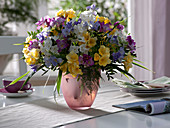 Bunter Frühlingsstrauß aus Freesia (Freesien), Narcissus 'Nir'