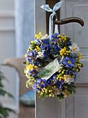 Türkranz aus Primula (Primeln), Narcissus 'Bridal Crown' (Narzissen)