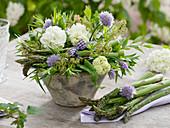 Gesteck aus Viburnum opulus (Schneeball), Allium schoenoprasum
