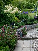 Weg und kleine Trockenmauer zur Hangabstützung am Haus