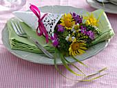 Kleiner Wiesenblumenstrauß in Tüte aus Tortenspitze