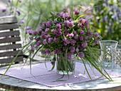 Trifolium pratense (Rotklee) und Gräser als Strauß von der Wiese