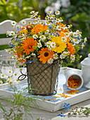 Kräuterstrauß aus Ringelblumen , Kamille, Fenchel und Borretsch