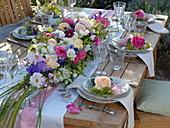 Üppiges Blüten-Tischgesteck