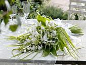 Duftender Hochzeitsstrauß aus Lilien - Funkie mit Gras-Schleife