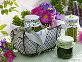 Korb mit Blumen und Pesto als Geschenk