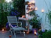 Sitzplatz mit Lichtern auf der Terrasse
