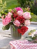 Strauß mit rosa Rosen, Schneeballbeeren und Efeu