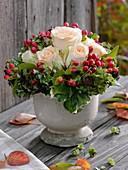 Strauß aus Rosen und Früchten des Johanniskrauts