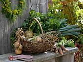 Gemüse, frisch geerntet im Weidenkorb