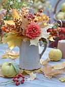 Herbststrauß aus Blätter im Krug