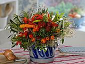 Gemüsestrauß aus Peperoni 'Lombardo', Glockenchili 'Bishop's Crown',