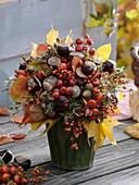 Herbststrauß aus Wildfrüchten vom Waldspaziergang