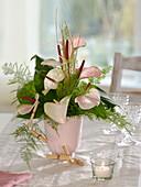 Zeitloser Strauß aus Anthurium (Flamingoblumen), Asparagus (Zierspargel)