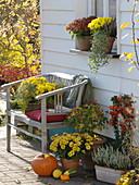 Herbstliches Arrangement an der Hauswand