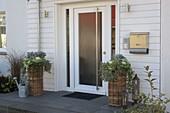 weiße Haustüre mit Treppenabsatz aus Granitplatten